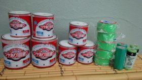 神田にある塗料の小売りやさんが古い在庫のペンキを廃棄するというので、いただいてきました。