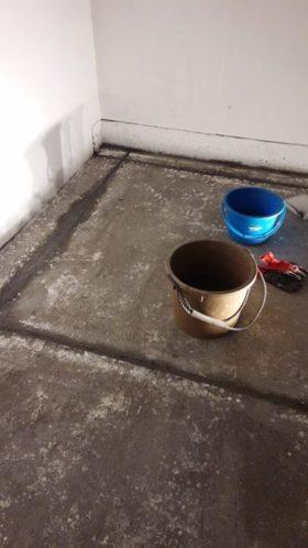 今日は床の溝にモルタルを詰めました。