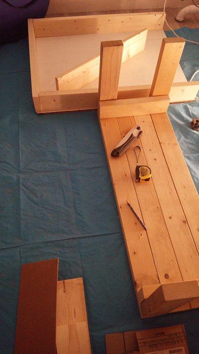 廃材でベンチと薄いカウンター的なものを作成中。