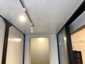 前の入居者の方の残置物であるライティングレールを共用部の廊下につけました。