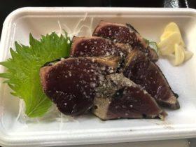 高知ではカツオの藁焼き塩タタキを。