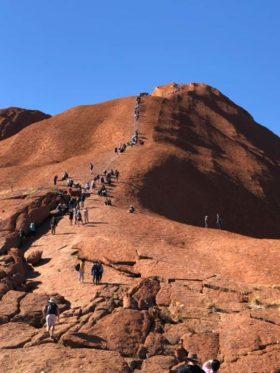 今年の10月で登れなくなってしまうエアーズロック。